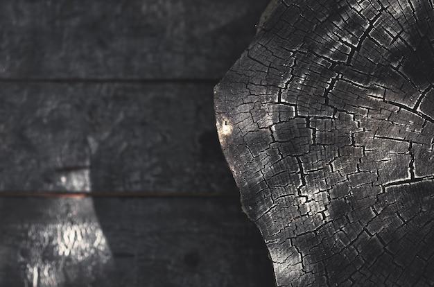 Spalony drewniany kikut na ciemnym tle