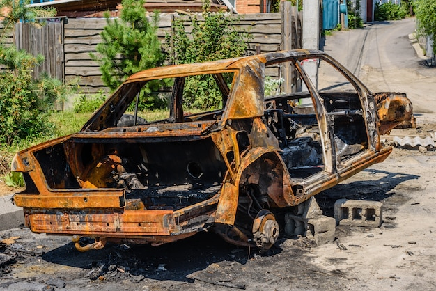 Spalony samochód zaparkowany na ulicy