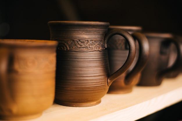 Spalony stein, naczynia. wiele ceramicznych naczyń na targach. gliniane narodowe dania rosyjskie. spalona czarna ceramika.