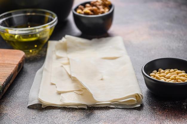 Spanakopita składniki filo szpinak feta, widok z boku.