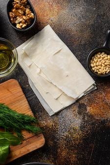 Spanakopita składniki filo szpinak feta, widok z góry.