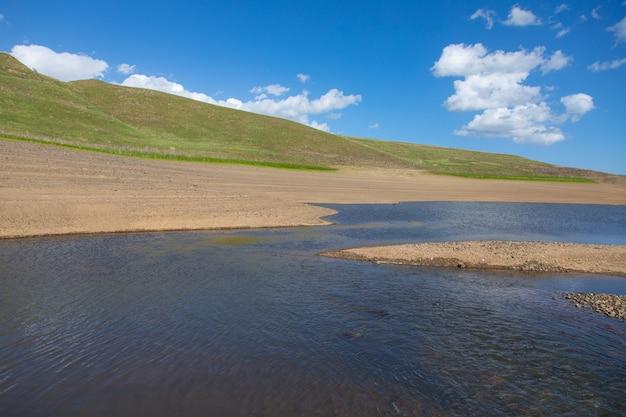 Spandaryan reservoir w armenii pod abstrakcyjnym niebem