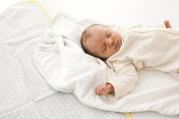 Spanie noworodka na kocu