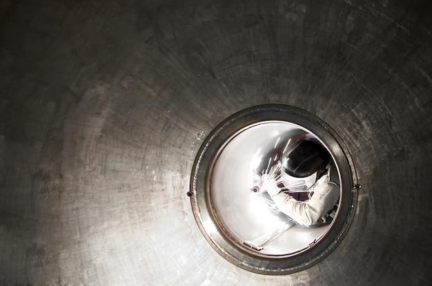 Spawacz lub metalowiec pracujący w tunelu