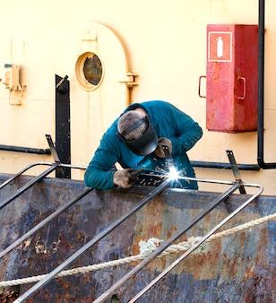 Spawacz pracujący na statku remontowym na kamczatce
