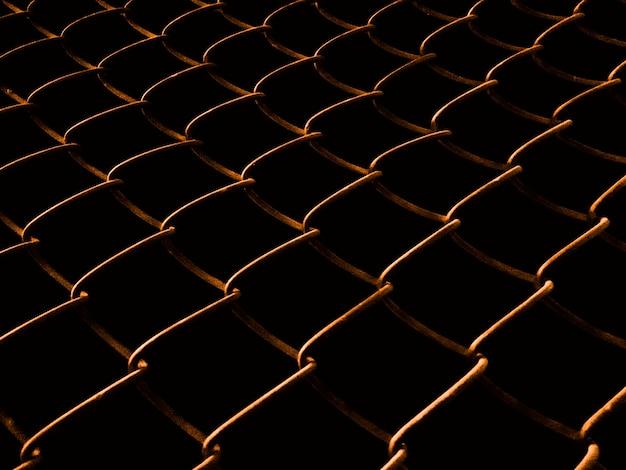 Spawana siatki ogrodzenie przy nocą