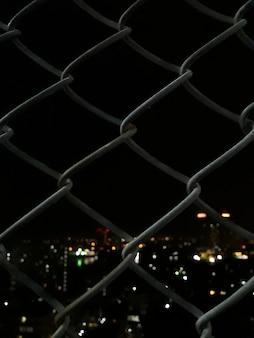 Spawana siatki ogrodzenie z noc widokiem