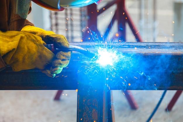 Spawanie pracowników w fabryce. spawanie w zakładzie przemysłowym.