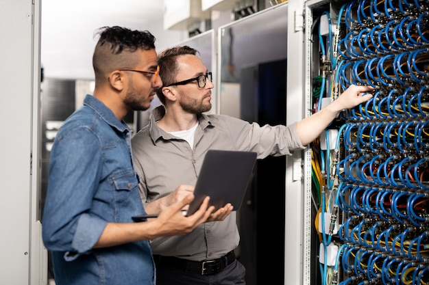 Specjaliści wsparcia komputerowego analizujący problem z siecią