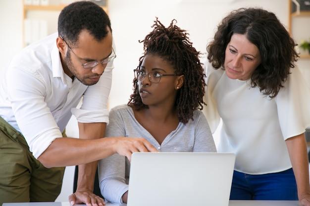 Specjaliści wyjaśniający szczegóły oprogramowania korporacyjnego