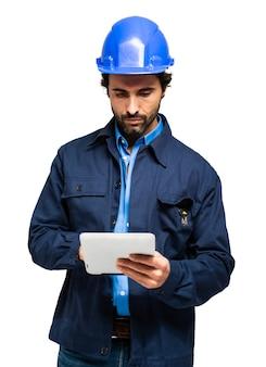Specjalista budowy przy użyciu komputera typu tablet na białym tle