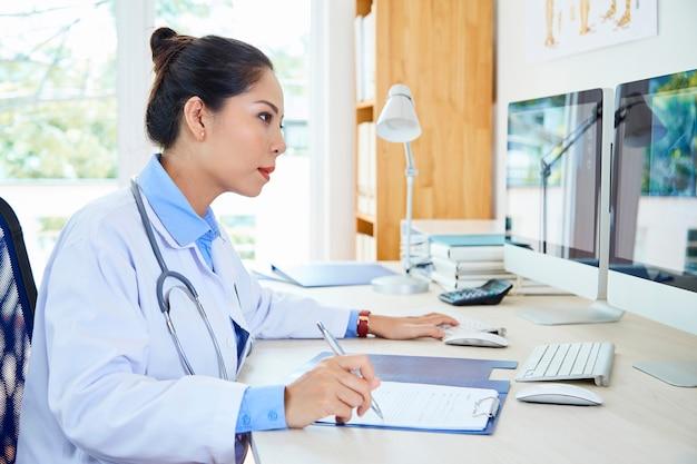 Specjalista medyczny pracujący z komputerami