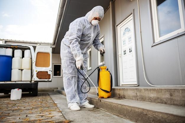 Specjalista od kombinezonów ochronnych przygotowujących do czyszczenia i dezynfekcji epidemii komórek koronawirusa