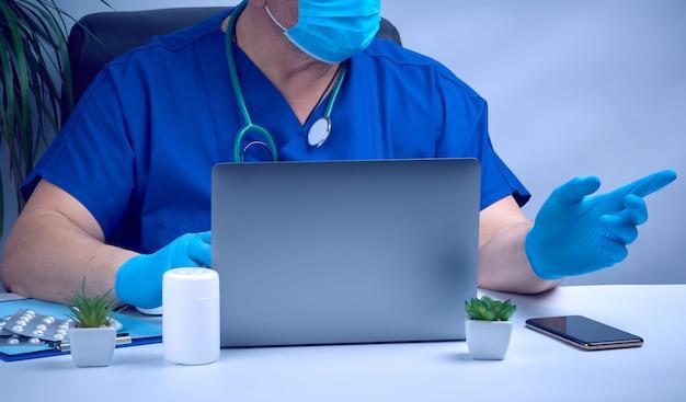 Specjalista pracuje na laptopie, koncepcji zdalnej konserwacji, miejscu pracy terapeuty