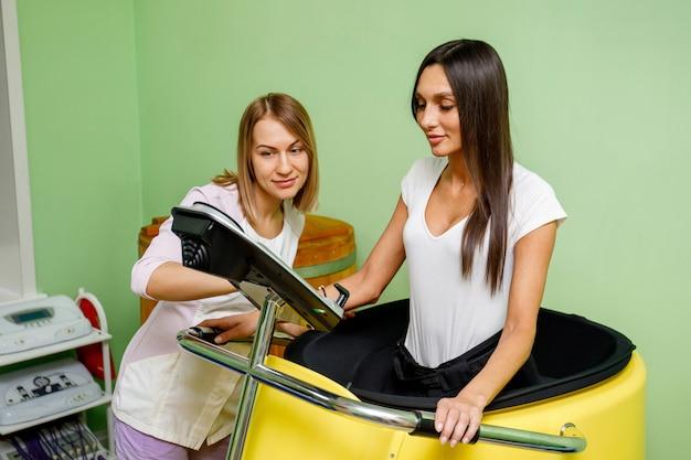 Specjalista salonu spa i kobiety podczas treningu próżniowego