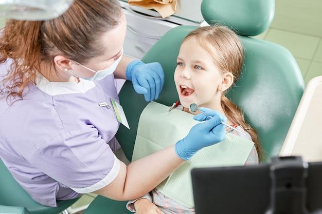 Specjalista wizytujący małe dziecko w klinice dentystycznej