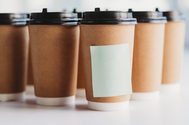 Specjalna filiżanka kawy z wypisanymi na niej słowami