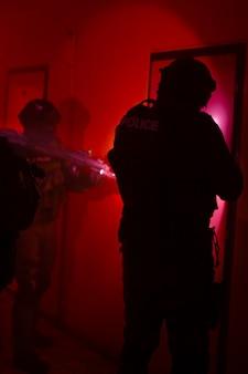 Specjalna jednostka policji podczas wyzwalania zakładników z budynku