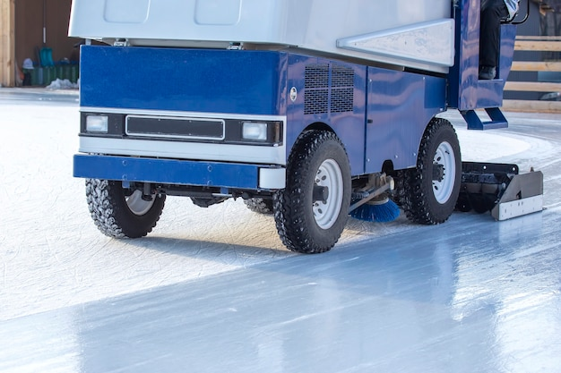 Specjalna maszyna do czyszczenia lodu na lodowisku. przemysł transportowy. serwis lodowiska ulicznego