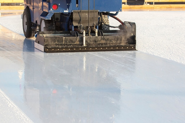Specjalna maszyna do czyszczenia lodu na lodowisku w pracy. przemysł transportowy