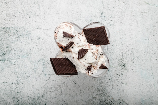 Specjalna włoska gałka lodów stracciatella z płatkami gorzkiej czekolady w kremowych lodach waniliowych. widok z góry. specjalność włoskiego lodu stracciatella