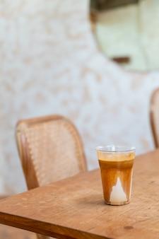 """Specjalne menu kawowe o nazwie """"brudna kawa"""". zimne mleko na dole z gorącym espresso na górze w kawiarni i restauracji"""