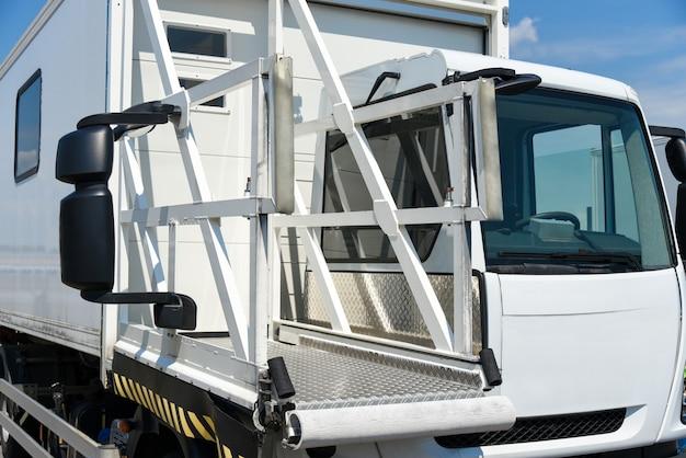 Specjalny pojazd do przewozu osób niepełnosprawnych na lotnisku.