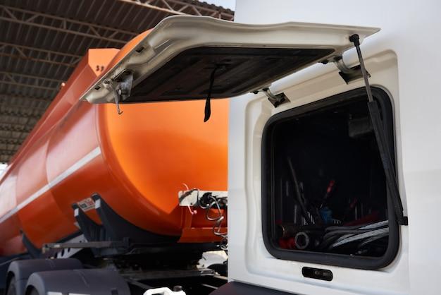 Specjalny pojazd do transportu wody i innych płynów technicznych lub gazu, ciężarówka ze zbiornikiem