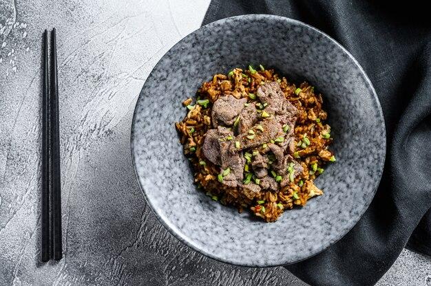 Specjalny smażony ryż z mięsem wołowym i warzywami.