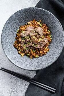 Specjalny smażony ryż z mięsem wołowym i warzywami