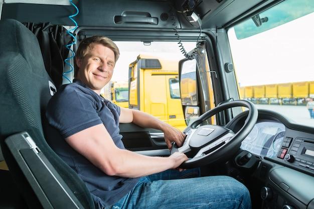 Spedytor lub kierowca ciężarówki w pokrywie kierowcy
