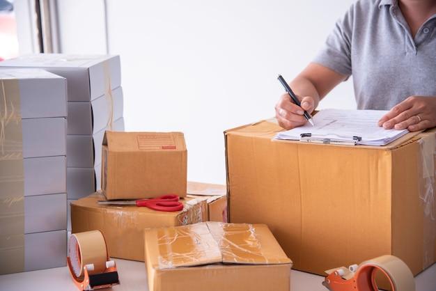 Spedytorzy sprawdzają produkt przed wysyłką do klienta