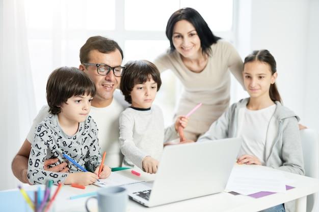 Spędź dni z ludźmi, których kochasz, szczęśliwa rodzina latynoska z dziećmi spędzając razem czas w