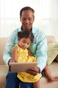 Spędzanie wolnego czasu z małą córeczką