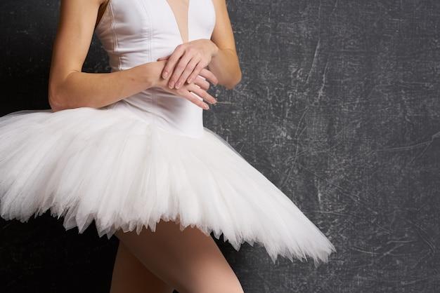Spektakl taneczny baleriny tutu na ciemnym tle