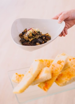 Spektakularna jajecznica z grzybami i kiełkami w wykwintnej europejskiej restauracji