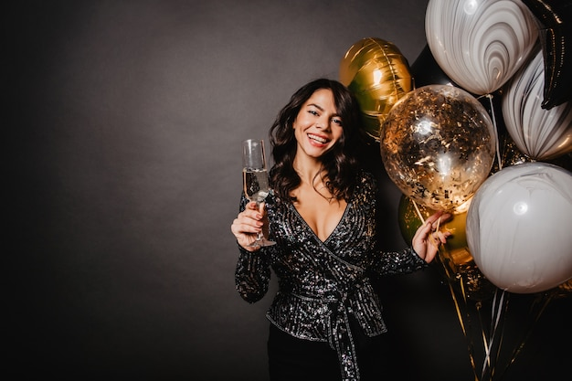Spektakularna kobieta pije szampana na imprezie