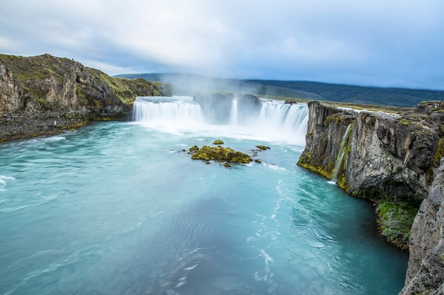 Spektakularna panorama wodospadu godafoss widziana z góry, islandia