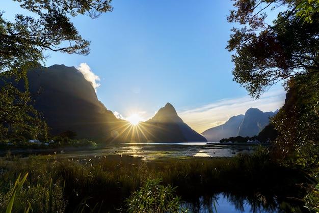 Spektakularna sylwetka mitre peak w parku narodowym fiordland w milford sound na wyspie południowej w nowej zelandii