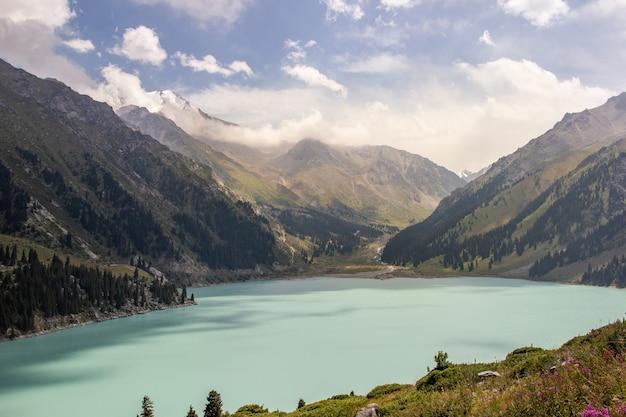 Spektakularne widoki na jeziorze big almaty w górach tien-shan w regionie ałmaty w kazachstanie.