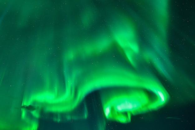 Spektakularny pokaz zorzy polarnej w nocy, islandia