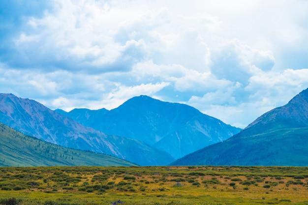 Spektakularny widok gigantycznych gór pod chmurnym niebem. ogromne pasmo górskie przy pochmurnej pogodzie. cudowna dzika sceneria. atmosferyczny dramatyczny górski krajobraz majestatycznej przyrody. malowniczy górski krajobraz.