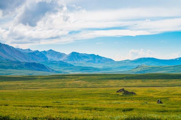 Spektakularny widok gigantycznych gór pod chmurnym niebem. ogromne pasmo górskie przy pochmurnej pogodzie. cudowna dzika sceneria. klimatyczny krajobraz górski o majestatycznej naturze. malowniczy górski krajobraz.
