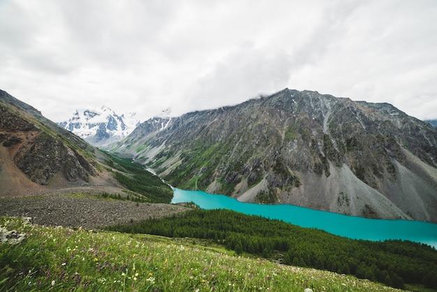 Spektakularny widok ze wzgórza na malowniczą dolinę z dużym pięknym górskim jeziorem.
