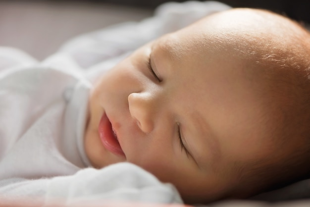Śpi noworodek