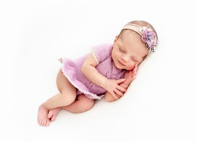 Śpiąca dziewczynka noworodka