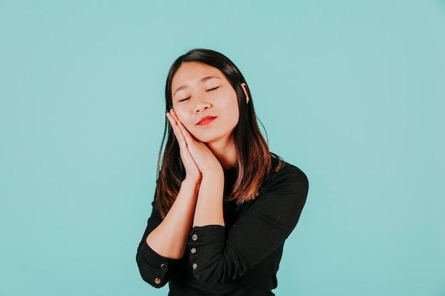 Śpiąca kobieta azji