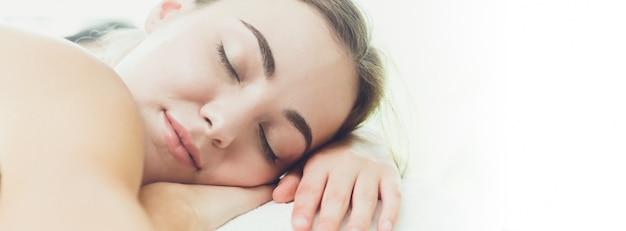 Śpiąca kobieta chrapanie kliniki szeroki banner na projektowanie stron internetowych