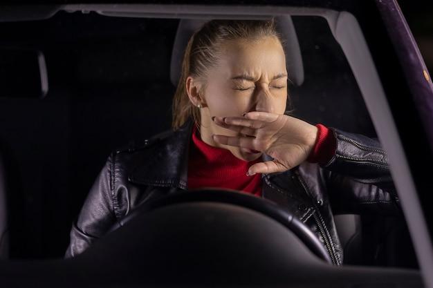 Śpiąca kobieta siedzi w samochodzie