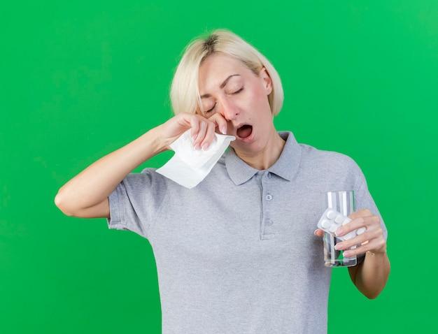 Śpiąca młoda blondynka chora słowiańska kobieta ziewa